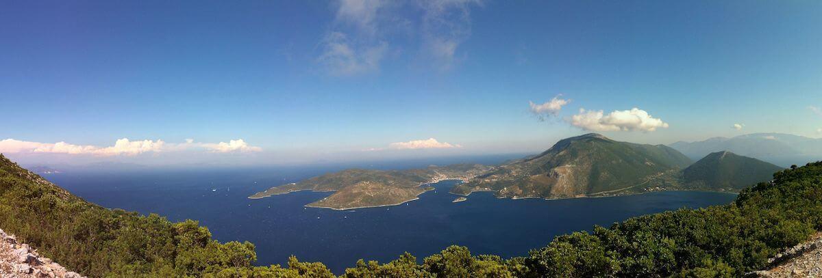foto van het eiland ithaka met zee en lucht