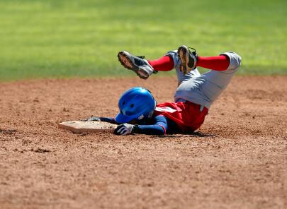 baseball jongen haalt met spectaculaire beweging een honk.